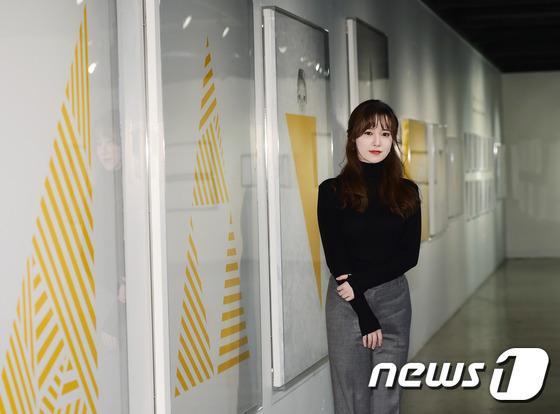 Goo Hye Sun đẹp hút hồn tại triển lãm riêng, Ahn Jae Hyun điển trai ngày trở lại - Ảnh 1.