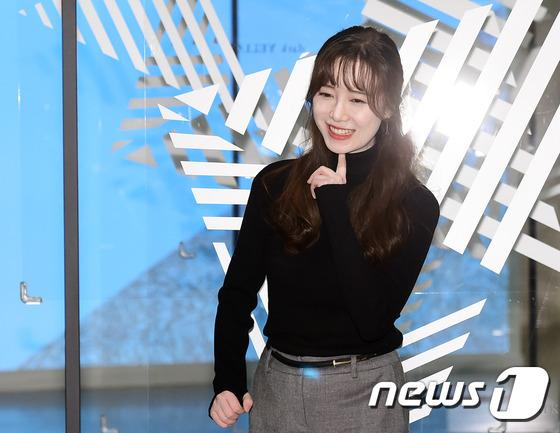 Goo Hye Sun đẹp hút hồn tại triển lãm riêng, Ahn Jae Hyun điển trai ngày trở lại - Ảnh 4.