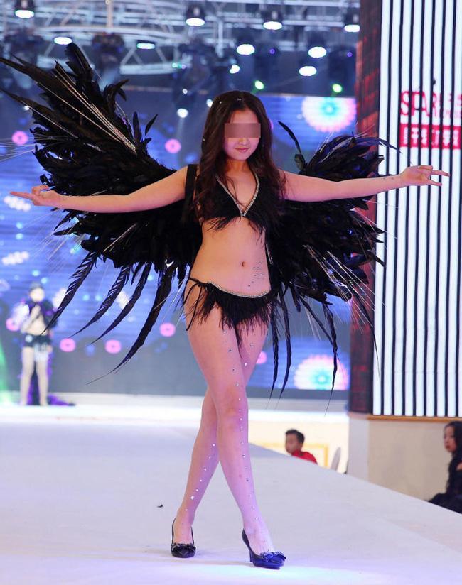 Để bé gái bắt chước thiên thần Victorias Secret biểu diễn nội y trên sân khấu, ban tổ chức bị chỉ trích gay gắt - Ảnh 1.