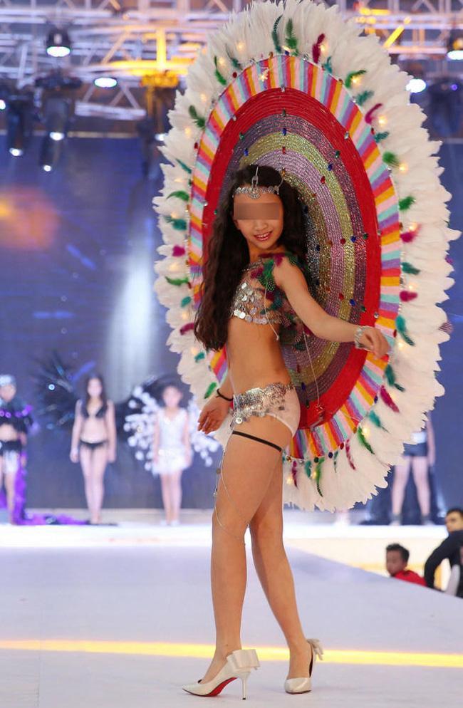 Để bé gái bắt chước thiên thần Victorias Secret biểu diễn nội y trên sân khấu, ban tổ chức bị chỉ trích gay gắt - Ảnh 4.