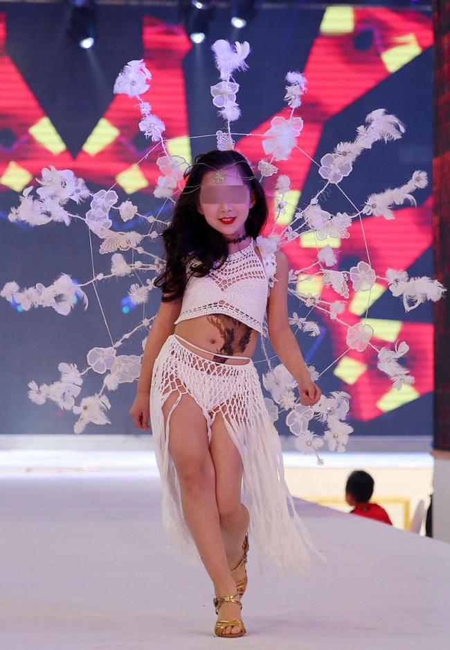 Để bé gái bắt chước thiên thần Victorias Secret biểu diễn nội y trên sân khấu, ban tổ chức bị chỉ trích gay gắt - Ảnh 5.