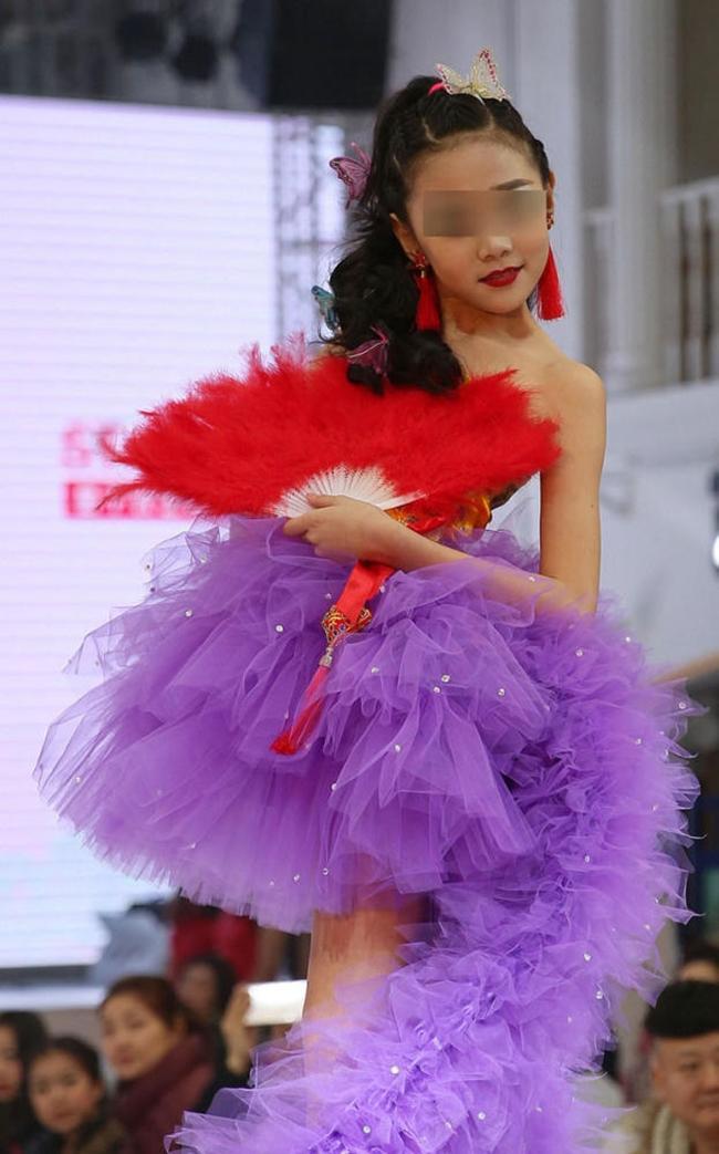 Để bé gái bắt chước thiên thần Victorias Secret biểu diễn nội y trên sân khấu, ban tổ chức bị chỉ trích gay gắt - Ảnh 7.