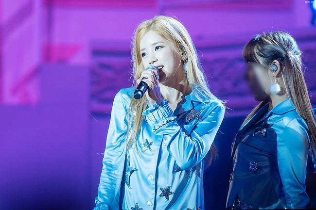 Fan ném điện thoại vào mặt thành viên A Pink trên sân khấu khiến nhiều người bức xúc - Ảnh 1.