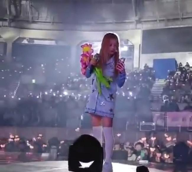Fan ném điện thoại vào mặt thành viên A Pink trên sân khấu khiến nhiều người bức xúc - Ảnh 4.