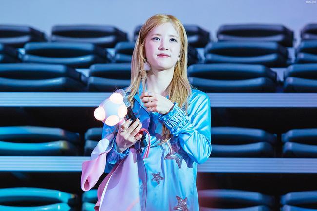 Fan ném điện thoại vào mặt thành viên A Pink trên sân khấu khiến nhiều người bức xúc - Ảnh 6.