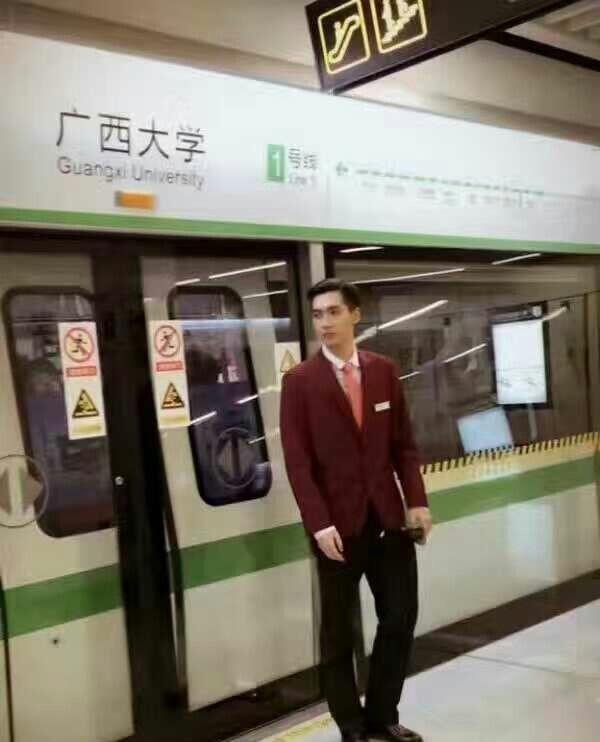 Đẹp trai quá mức quy định, nam nhân viên tàu điện ngầm bị thuyên chuyển công tác để đảm bảo an toàn ga - Ảnh 4.