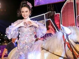 Hết thời siêu xe, Angela Phương Trinh thong dong cưỡi ngựa trên thảm đỏ