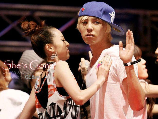 Lộ clip G-Dragon cưng chiều bảo vệ, hôn Dara giữa đám đông fan hỗn loạn - Ảnh 8.