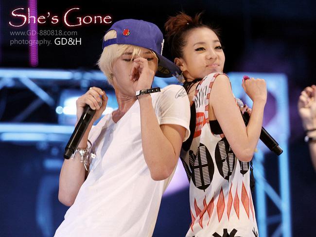 Lộ clip G-Dragon cưng chiều bảo vệ, hôn Dara giữa đám đông fan hỗn loạn - Ảnh 9.