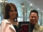 Clip: Hoàng Kiều cười tít mắt đón Ngọc Trinh tại sân bay Thượng Hải