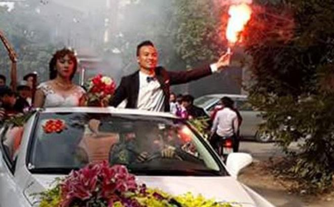 Chú rể và cô dâu đi xe mui trần, đốt 20 quả pháo sáng