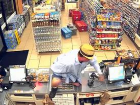 Vụ cướp lố bịch nhất quả đất: Kẻ cướp dùng ngón tay giả làm súng, uy hiếp chủ cửa hàng tiện lợi
