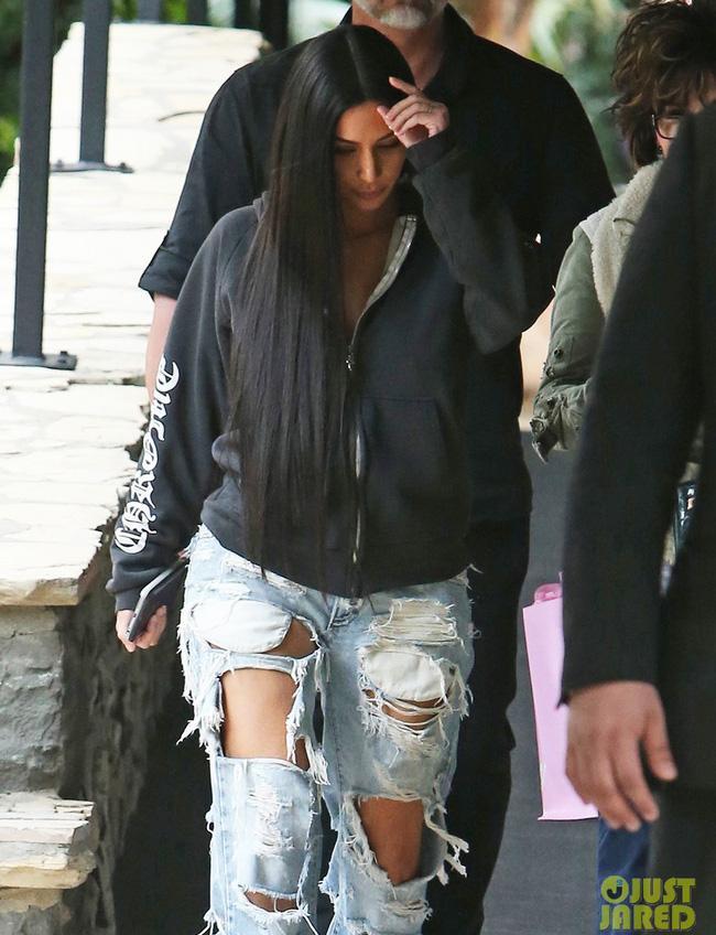 Kim Kardashian và cả một tủ những chiếc quần jeans trời hành - Ảnh 1.