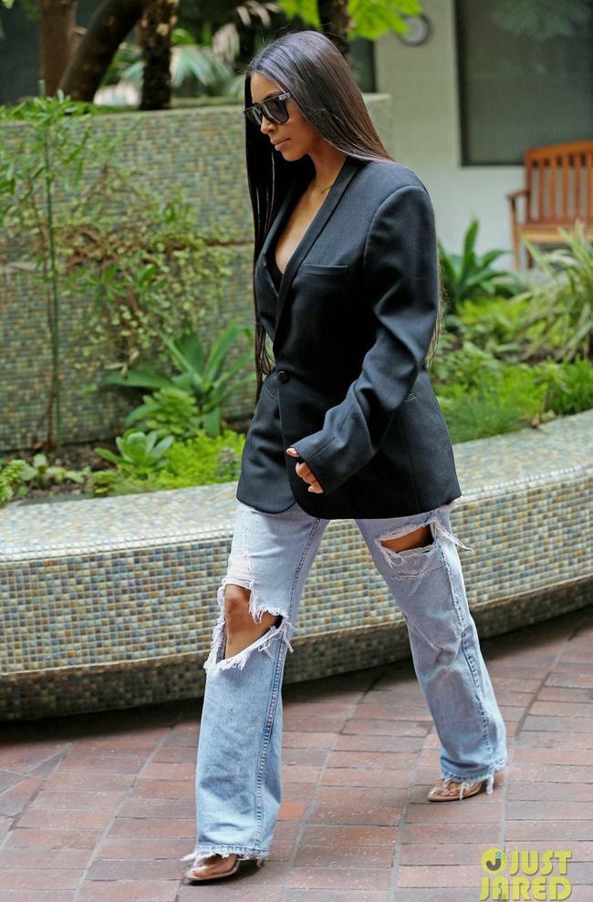 Kim Kardashian và cả một tủ những chiếc quần jeans trời hành - Ảnh 3.