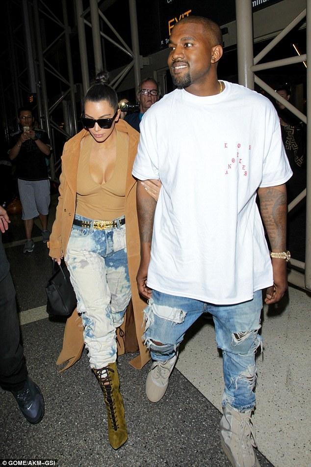 Kim Kardashian và cả một tủ những chiếc quần jeans trời hành - Ảnh 11.
