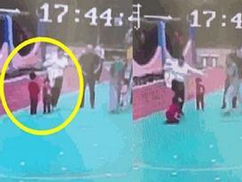 Clip sốc: Bé gái 6 tuổi bị mẹ kế đá liên tục vào người vì
