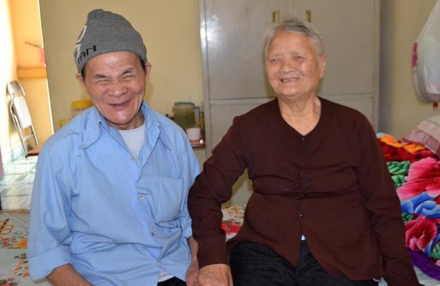 Nụ cười hạnh phúc của ông Tình, bà Bình khi tìm thấy tình yêu của mình. Ảnh: Đ.T