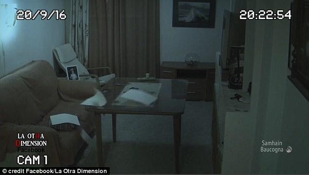 Lắp camera an ninh ở nhà để yên tâm hơn về con gái, ông bố sởn da gà khi xem lại video - Ảnh 4.