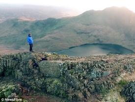 Chàng trai liều mạng leo núi như đi bộ