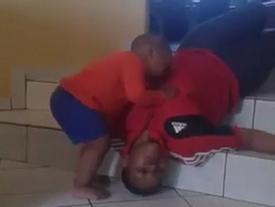 Phẫn nộ cảnh em bé khóc lóc, lay xác người dì trong khi mẹ đứng quay phim tung lên Facebook