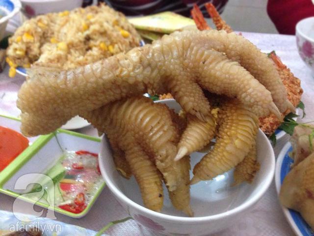 Dù là người ăn khỏe thì xơi xong cặp chân gà Đông Tảo này cũng đủ no.