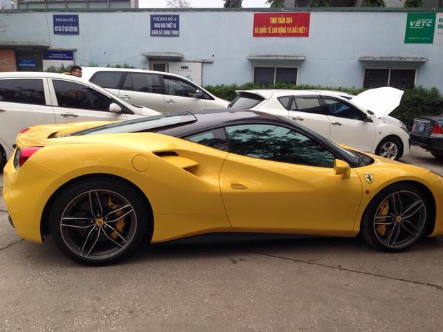Bộ đôi siêu xe Ferrari và Lamborghini rủ nhau đi đăng kiểm tại Hà Nội - Ảnh 2.