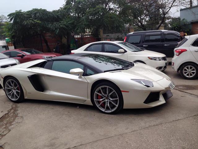 Bộ đôi siêu xe Ferrari và Lamborghini rủ nhau đi đăng kiểm tại Hà Nội - Ảnh 1.