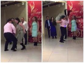 Nhảy hăng quá, vũ công làm bạn nhảy ngã dúi dụi, đầu đập xuống đất