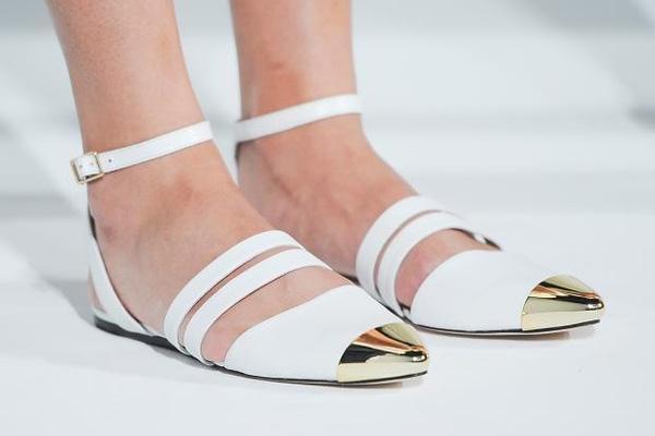 Giày bệt mũi nhọn: theo chân quý cô từ công sở tới tiệc tùng - Ảnh 3.