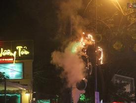 TPHCM: Dãy đèn trang trí bị chê màu mè ở đường Phạm Ngọc Thạch bất ngờ bốc cháy