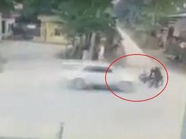 [CLIP] Đang đứng ven đường mở cốp xe máy, người đàn ông bị ô tô tông văng
