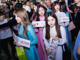T-ara bị fan vây kín, DIA mặc áo dài ngoài sân bay Việt Nam