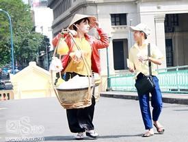 Phi Nhung gánh hàng rong, Hồ Văn Cường bán vé số đầy cảm động