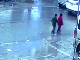 Cặp song sinh thoát chết thần kỳ sau khi bị xe hơi đè nghiến lên người