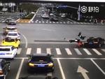 Trung Quốc: Không đợi đèn tín hiệu, 3 học sinh dắt tay nhau chạy sang đường bị ô tô hất tung