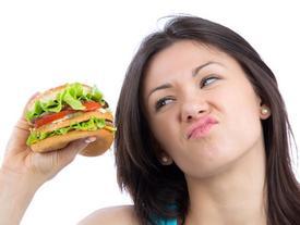 6 loại thực phẩm phá hoại làn da và hệ nội tiết tố của bạn