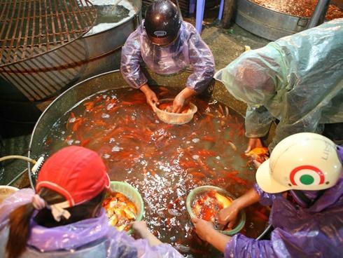 Clip: Chợ cá chép đỏ nhộn nhịp lúc 3h sáng ngày ông Công ông Táo