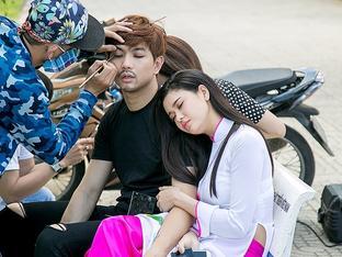 Trương Quỳnh Anh tựa vai Tim ngủ ngon lành mặc chồng đang make up