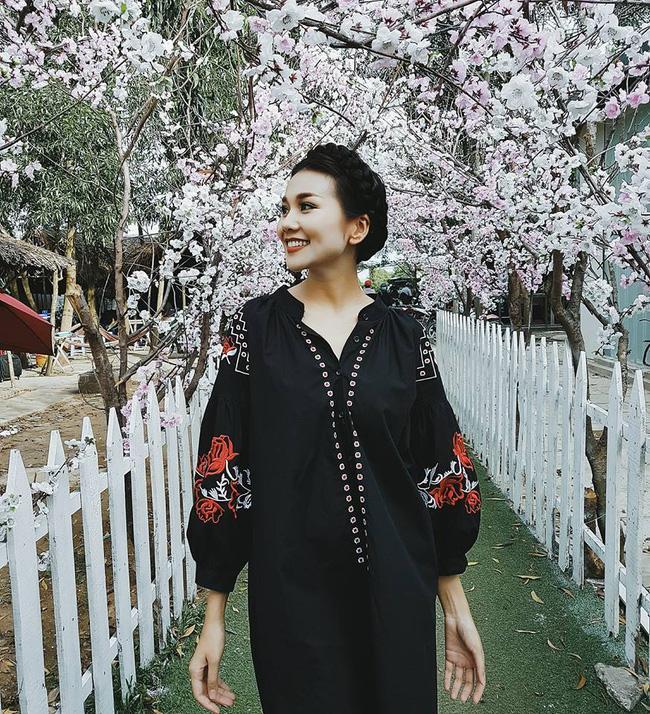 Hà Hồ lạnh lùng với cả cây đen, đối lập Thanh Hằng siêu nữ tính trong street style tuần này - Ảnh 1.