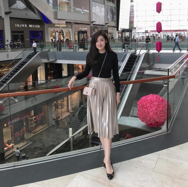 Hà Hồ lạnh lùng với cả cây đen, đối lập Thanh Hằng siêu nữ tính trong street style tuần này - Ảnh 7.