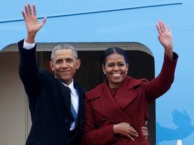 Tổng thống Barack Obama vẫy tay chào tạm biệt lên máy bay, người dân đứng khóc trong tiếc nuối