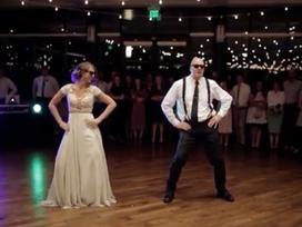 Điệu nhảy 'bá đạo' của cha và con gái khiến ai cũng phải đứng bật dậy vì thích thú