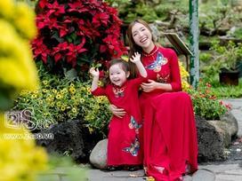 Mẹ con Elly Trần duyên dáng đáng yêu trong tà áo dài