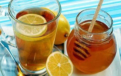 Uống nhiều nước chanh pha mật ong có thể hại gan. Ảnh: VOV.