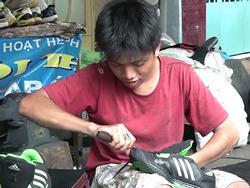 Mùa xuân tình người xoay quanh tấm biển sửa giày cho người nghèo