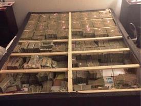 Đây là hình ảnh 41 nghìn tỷ được nhồi đầy bên dưới chiếc giường nệm mà cảnh sát tìm thấy