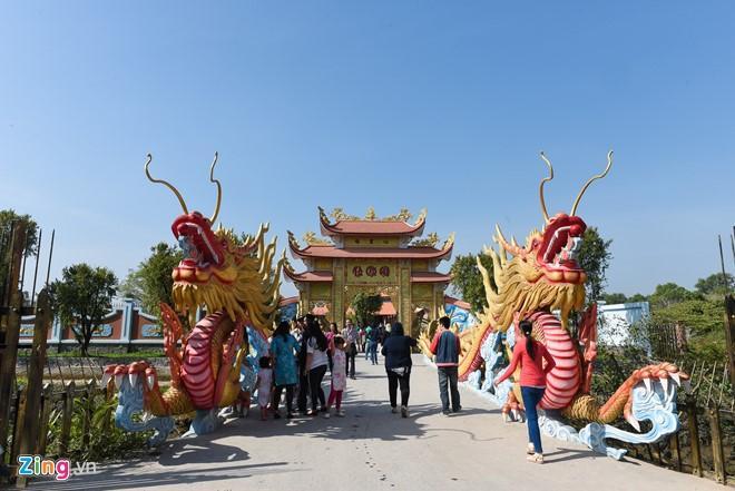 Hồ Ngọc Hà đưa Subeo viếng đền thờ của Hoài Linh mùng 2 Tết-1