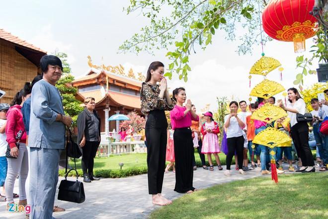 Hồ Ngọc Hà đưa Subeo viếng đền thờ của Hoài Linh mùng 2 Tết-6