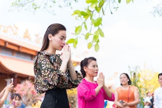 Hồ Ngọc Hà đưa Subeo viếng đền thờ của Hoài Linh mùng 2 Tết-7