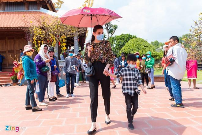 Hồ Ngọc Hà đưa Subeo viếng đền thờ của Hoài Linh mùng 2 Tết-9